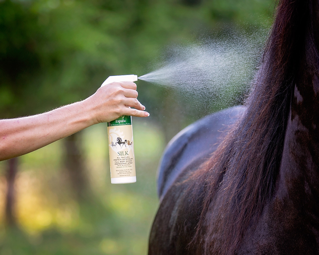 Espana Silk Grooming Products Being Used on a Horse